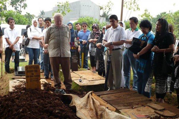 At Joesoef Isak's burial
